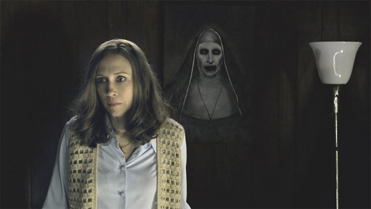 Actrice Vera Farmiga met achter haar de demonische non Valak in 'The Conjuring 2'