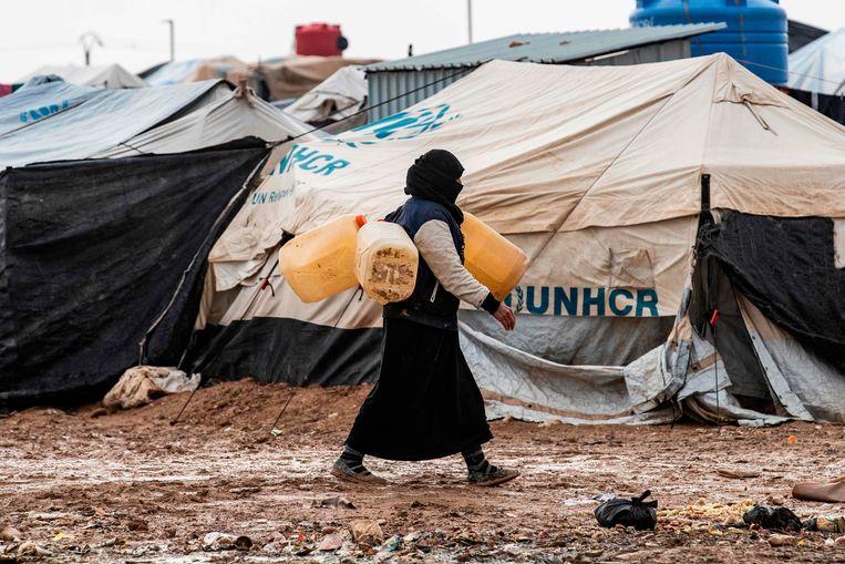 Een vrouw in het kamp al-Hol, waar de meeste gevangenen uit westerse landen verblijven. Beeld AFP