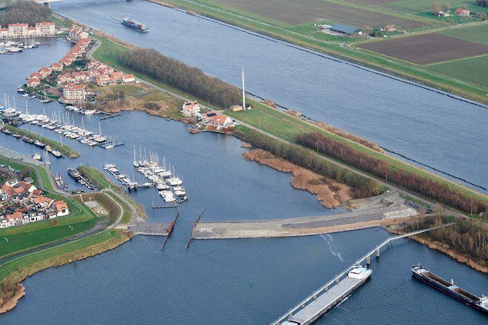 De haven van Tholen op archiefbeeld. Het idee om aan weerszijden strandjes aan te leggen bleek niet meer dan een particulier proefballonnetje.