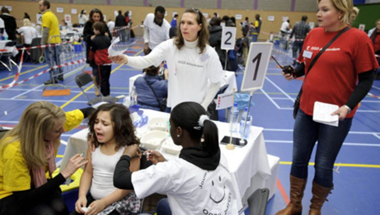 Een meisje wordt ingeënt tijdens een grote vaccinatie-actie tegen baarmoederhalskanker in Sporthallen-Zuid in Amsterdam. Foto ANP Beeld