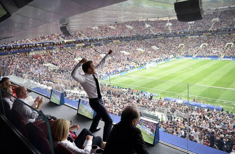 De Franse president Emmanuel Macron juicht tijdens de WK-finale op 15 juli. Beeld Alexei Nikolsky / EPA