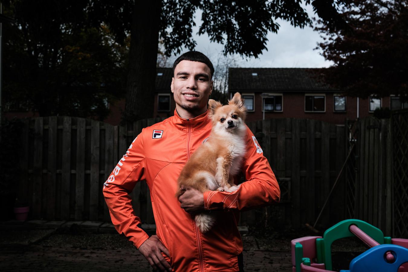 Enrico Lacruz  poseert met Tyson, het hondje van zijn vriendin Peggy.