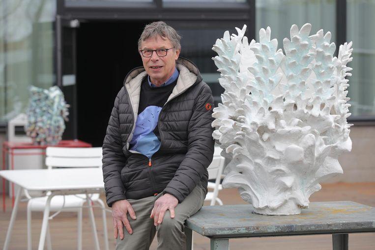 Organisator Luc Michils bij een van de vele kunstwerken.