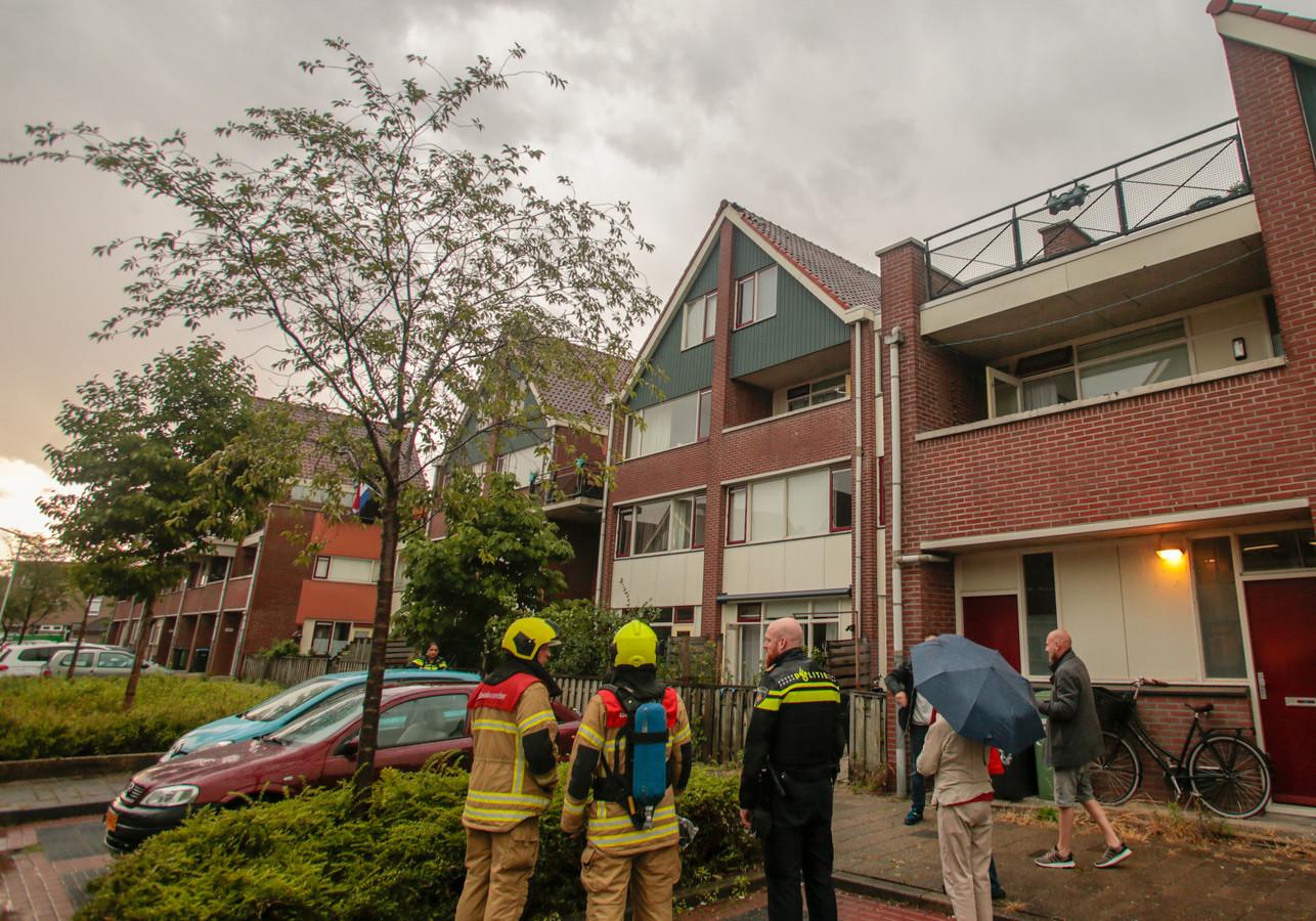 De brandweer rukte uit voor ingeslagen bliksem bij een woning.