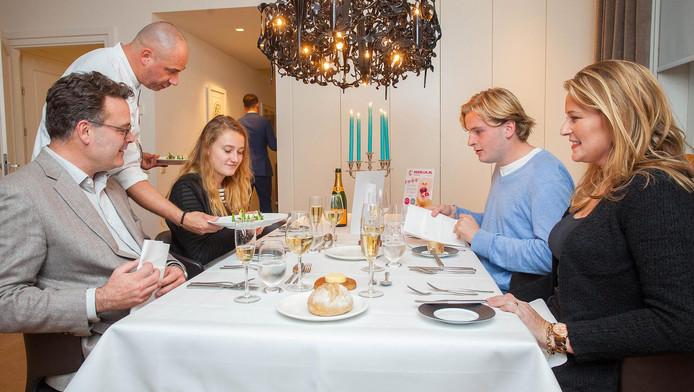 Chefkok Gert Blom bedient de familie Vissering uit Mijnsheerenland.
