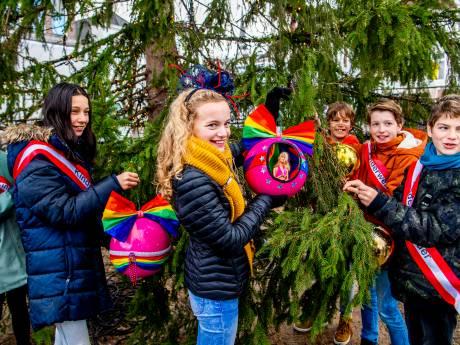 Kerstpret in Gouda: eerste roze (!) kerstbal hangt in boom op de Markt