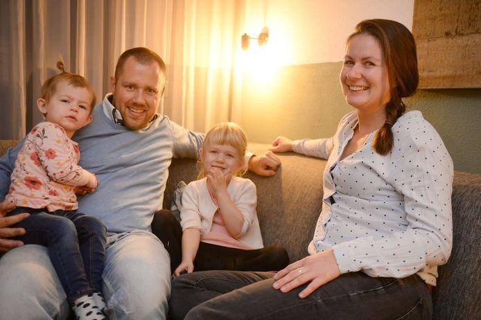 Janneke Leeuwerink uit Enschede wil samen met haar man Frank en dochters Tessa (oudste meisje) en Femke dolgraag verhuizen. Maar na tig pogingen hebben ze nog steeds geen huis in de wijk Stokhorst.