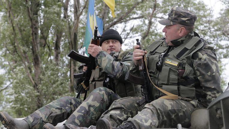 Militairen van het Oekraïense leger in Slavjansk. Beeld ap