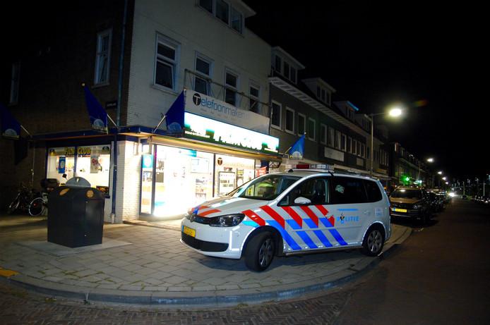 Politiewagens bij de overvallen winkel aan de Johan de Wittlaan in Arnhem.
