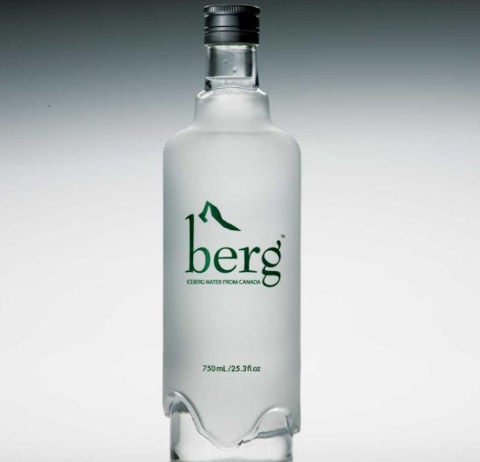 Het water van het merk Berg wordt geproduceerd door een Canadees bedrijf dat blokken drijfijs van gletsjers in Groenland verzamelt en ze aan land brengt om te bottelen.