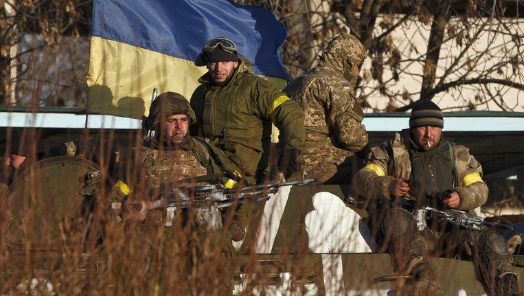 Oekraïense soldaten trekken zich terug uit Debaltseve.