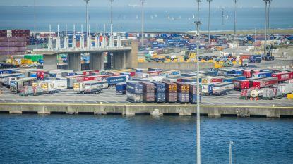Jaar cel voor transmigrant die havenpersoneel bedreigde met een mes, nadat hij en 13 anderen werden ontdekt in trailer
