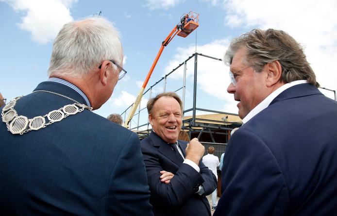 Burgemeester Jan-Frans Mulder, Ben Mandemakers en Morres-directeur Walter van de Griendt (van links naar rechts) hebben lol in de handeling voor het hoogste punt.