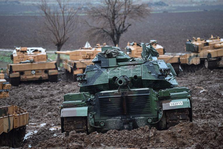 Turkse tanks bij de Syrische grens.