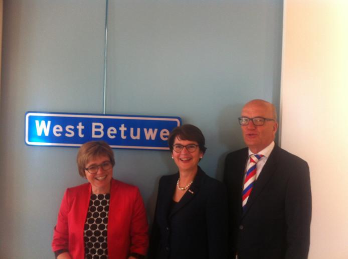 De drie zittende burgemeesters Miranda de Vries (Geldermalsen ), Loes van Ruijven (Lingewaal) en Harry de Vries (Neerijnen) onthullen de nieuwe gemeentenaam: West Betuwe.