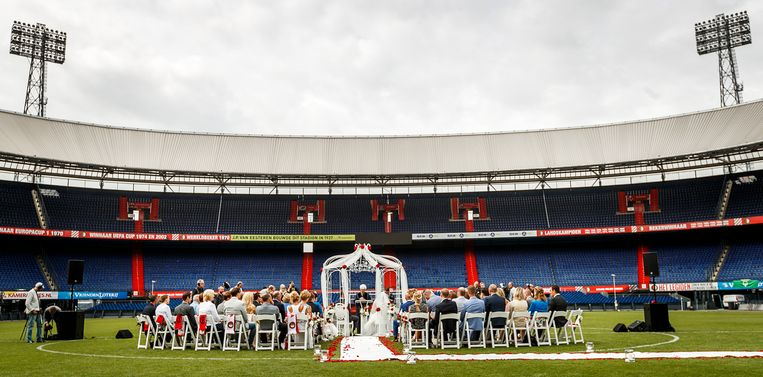 Johan en Anita trouwen op de middenstip van het Rotterdamse voetbalstadion De Kuip. De locatie hebben ze te danken aan het winnen van een prijsvraag. Beeld ANP