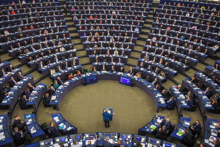 Angela Merkel is nog even het middelpunt van het parlement tijdens haar toespraak over de toekomst van Europa. Beeld EPA