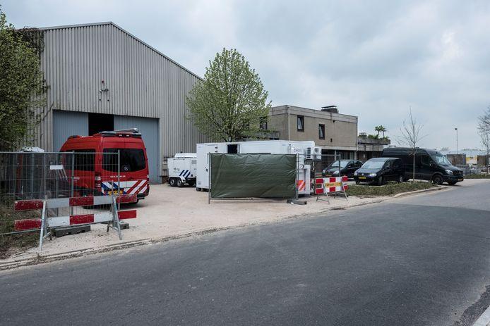 Het drugslab in Terborg wordt ontmanteld. Foto: Jan van den Brink