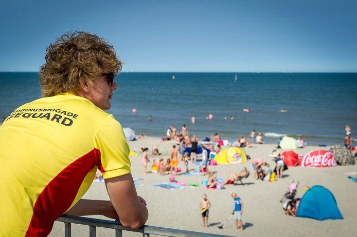 Een strandwacht kijkt naar het strand van Hoek van Holland.