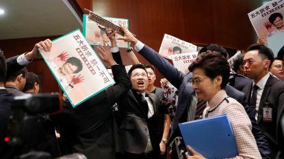 Chaos in parlement Hongkong: regeringsleider moet speech afbreken na protest parlementsleden