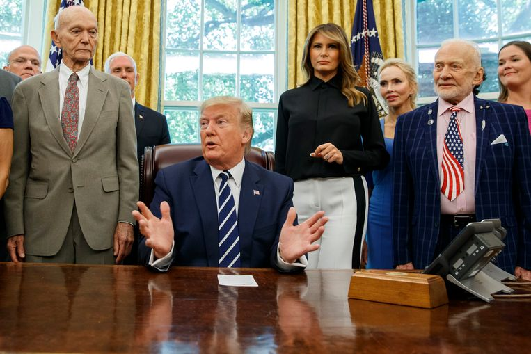 Van links: Michael Collins, president Trump, first lady Melania en Buzz Aldrin.
