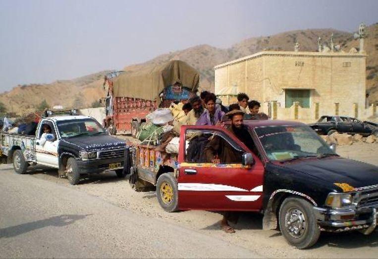 Burgers vluchten uit Zuid Waziristan nadat Pakistaanse troepen een offensief zijn begonnen tegen de Taliban in het gebied. (EPA) Beeld