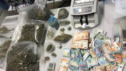 Zelfs tijdens huiszoeking komen drugsverslaafde minderjarigen aanbellen: politie pakt dealer op die jeugd bevoorraadde