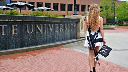 """Studente poseert met wapen op afstudeerfoto: """"Kom en pak 'm dan"""""""