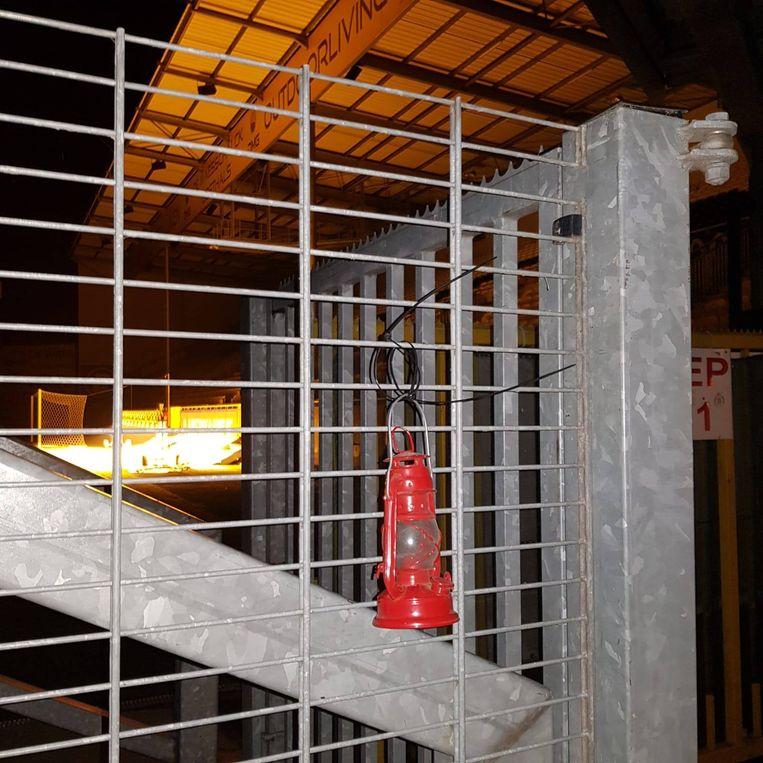 Aan het Daknamstadion werd een rode lantaarn achtergelaten.