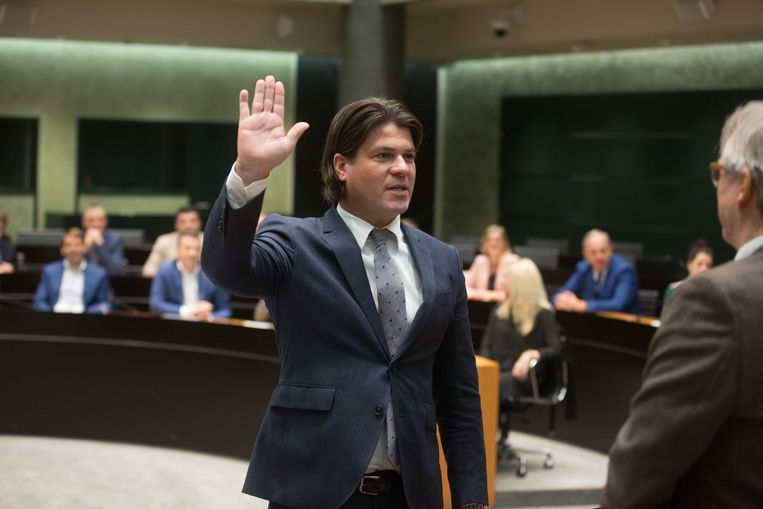 Gedeputeerde Igor Philtjens legt de eed af.
