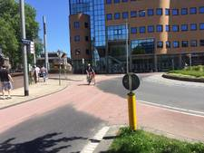 Centimetershoog gravel op fietspad rotonde