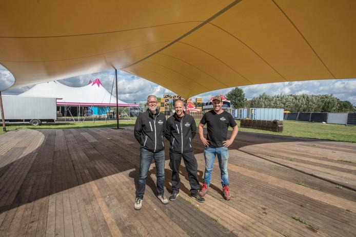 Pieter Drouen, Jack Centen en Nick Willems (vlnr) op het festival-terrein aan De Schabbert in aanbouw.