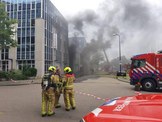 De brandweer heeft extra materieel ingezet om het vuur te bestrijden.