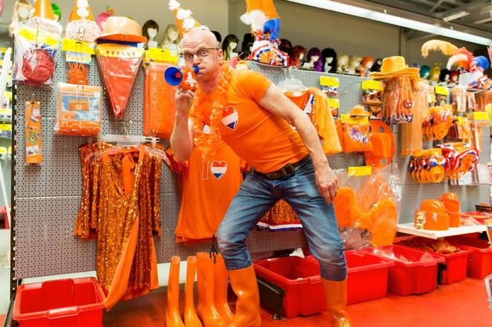 Toon van Beurden van de Fopsjop in Breda verkoopt ondanks alles gewoon oranje-artikelen. foto rené schotanus/pix4profs