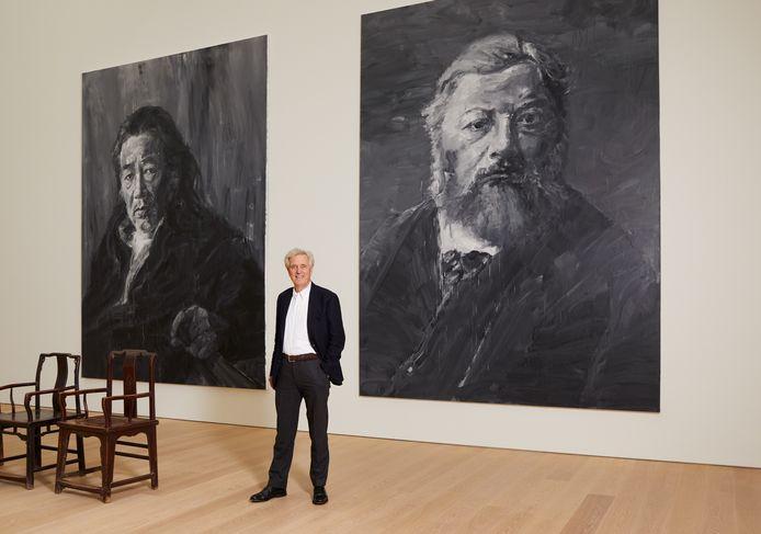 Joop van Caldenborgh bij de twee portretten van Yan Pei-Ming, een van zijn laatste aankopen.