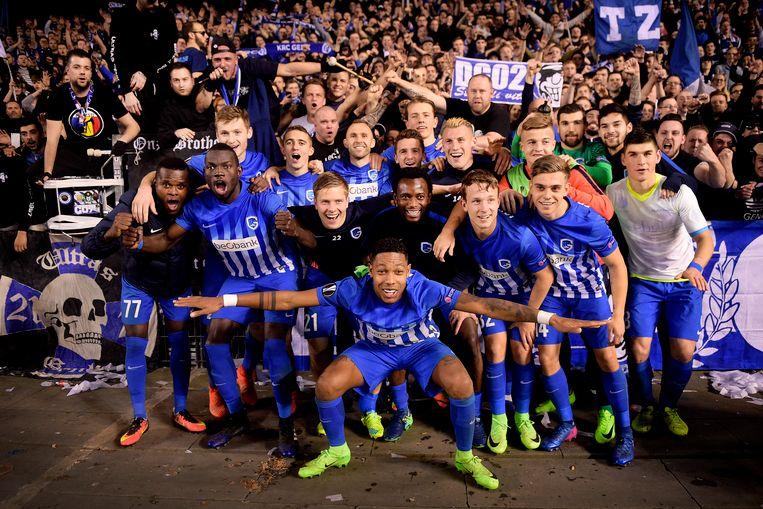 Genkse spelers en fans bouwen een feestje na de kwalificatie voor de kwartfinales van de Europa League.