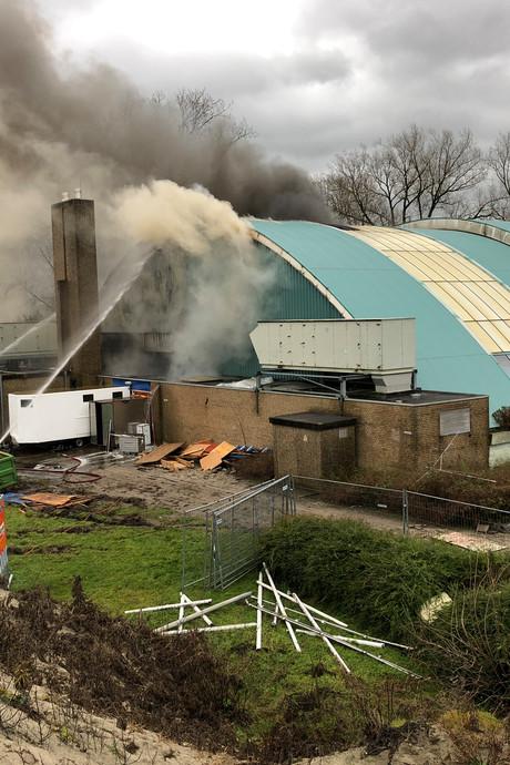 Gemeente Kampen doet aangifte na zeer grote zwembadbrand