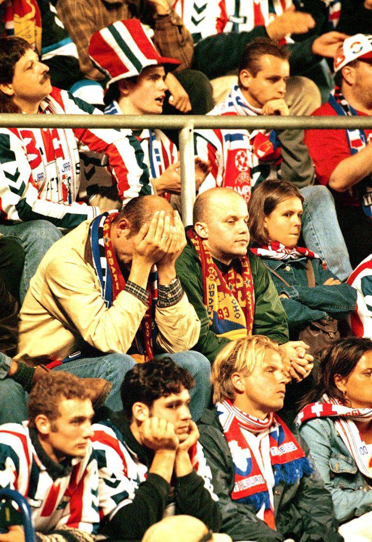 Teleurgestelde fans van Willem II voor het eind van de Champions Leaguewedstrijd tegen Sparta Praag in 1999. Beeld null