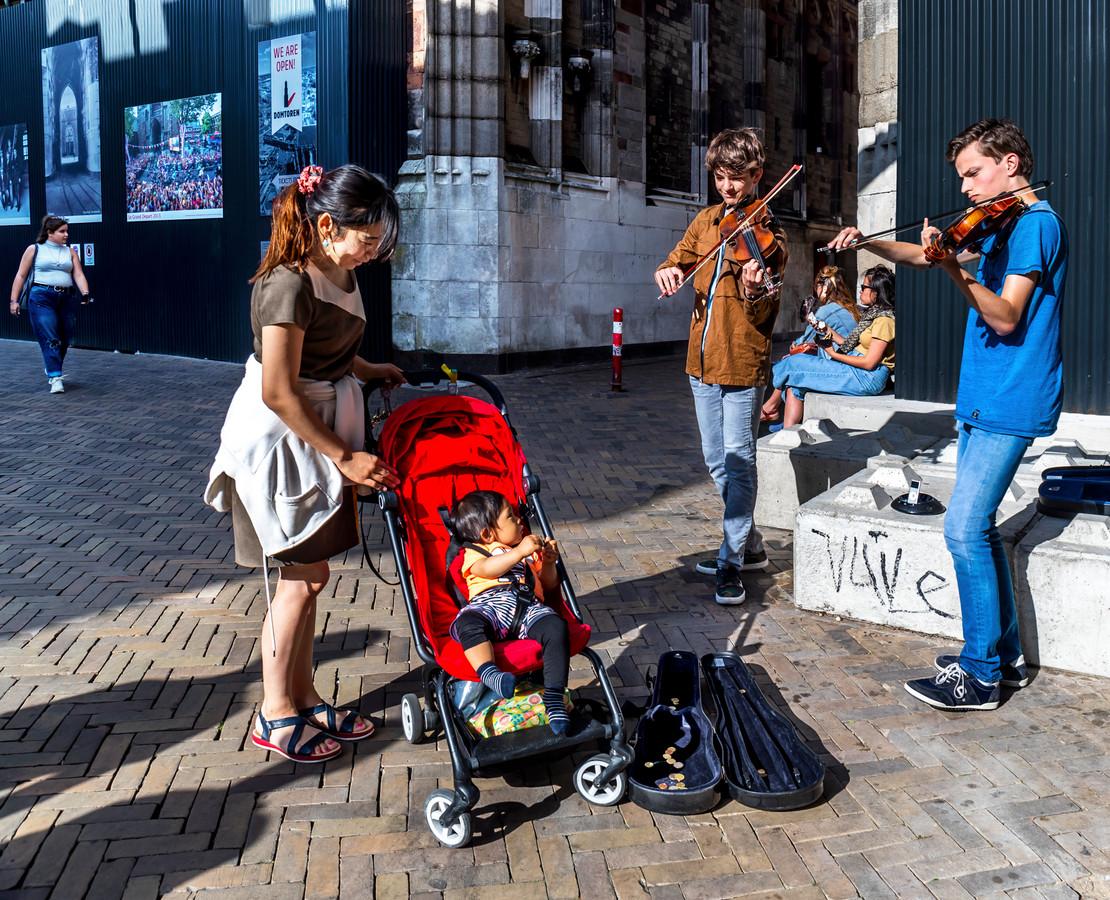 Harm Kolen en Luuk van der Steen spelen viool in de Servetstraat.