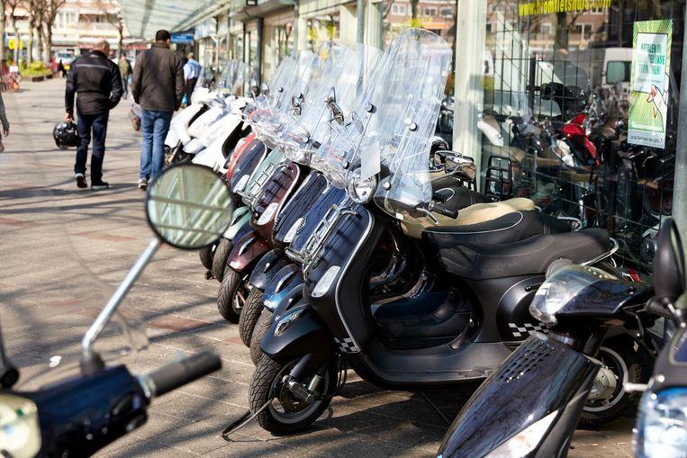 Amsterdam wil af van de snorfiets op de fietspaden omdat het daar te druk is tussen de fietsen en de snelheidsverschillen te groot zijn Beeld anp