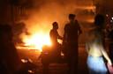 Demonstranten in de straten van Beiroet te midden van brandjes bij confrontaties met de politie.