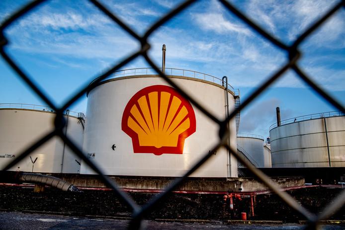 Shell hoort bij de twaalf bedrijven die ongeveer 90 procent van de CO2-uitstoot in de chemie, olie- en staalindustrie in ons land voor hun rekening nemen.