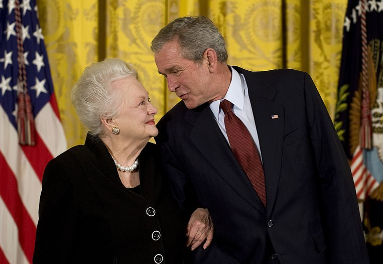 De Havilland in 2008 met president George W. Bush.  Beeld AFP