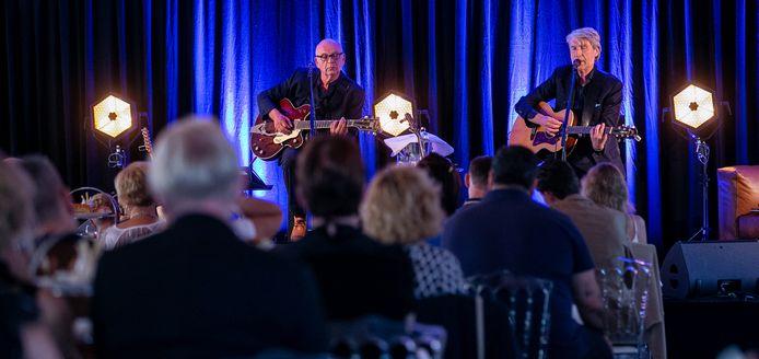 Frank Boeijen gaf eerder dit jaar vijf optredens op de parkeerplaats van Hotel Blue/MANNA in Nijmegen. Ook tijdens die reeks werd hij vergezeld door Ger Hoeijmakers.