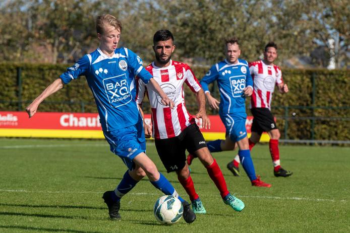 Zeki Alagöz (14), hier in actie tegen Eldenia, werd in de zestien onderuit gehaald en kreeg een strafschop waaruit Arnhemse Boys op 0-1 kwam.