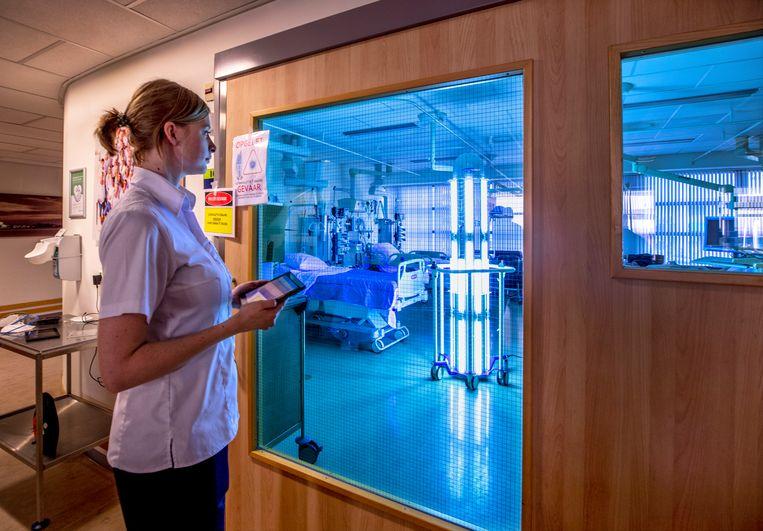 Robot Thor UVC maakt in het Dijklander Ziekenhuis in Hoorn met ultraviolet licht de intensive cares virusvrij. Beeld Raymond Rutting / de Volkskrant