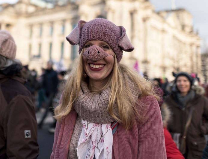 Een demonstrante met een varkensneus op, laat merken dat zij er 'genoeg van heeft'