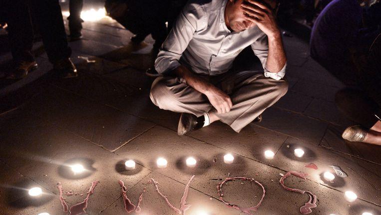 Een man rouwt tijdens een herdenkingsbijeenkomst gisteren in Istanbul.