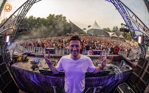 Mark With a K op de Q-Dance Stage van Tomorrowland. Tegen de verveling maakte hij een remix van 'Ik dans op de wc' van Philippe Geubels en Michael Shack. De Youtube-clip is intussen al 100.000 keer bekeken.