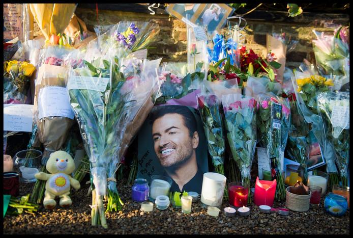 De woning van George Michael bij Londen is na zijn overlijden veranderd in een soort bedevaartsoord.